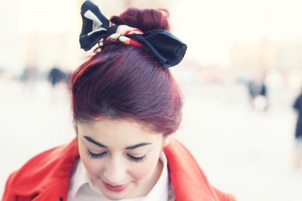 Manteau Orange & Foulard Dans Les Cheveux - Blog Mode
